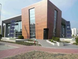 Ai lati dell'edificio due unità a 5 pannelli per la produzione di 2,2 Kw/h realizzati su modelli brevettati.